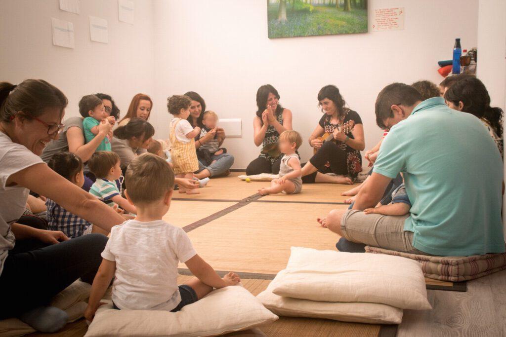 SESION DE MÚSICA EN FAMILIA CON LAS DOS MUSICOTERAPEUTAS DE VUELA MÚSICA, PADRES, MADRES E HIJOS